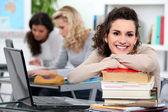Kvinnliga eleverna i klass — Stockfoto