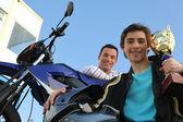 Adolescente, vincendo una coppa di corse di moto — Foto Stock
