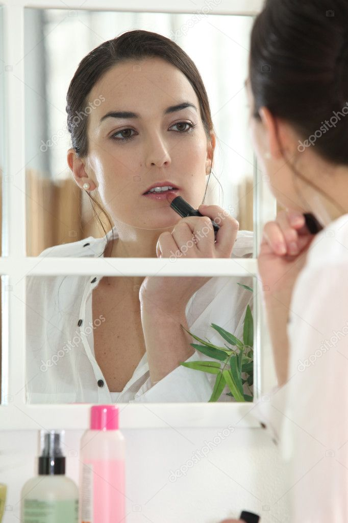Woman applying make-up — Stock Photo #7915437