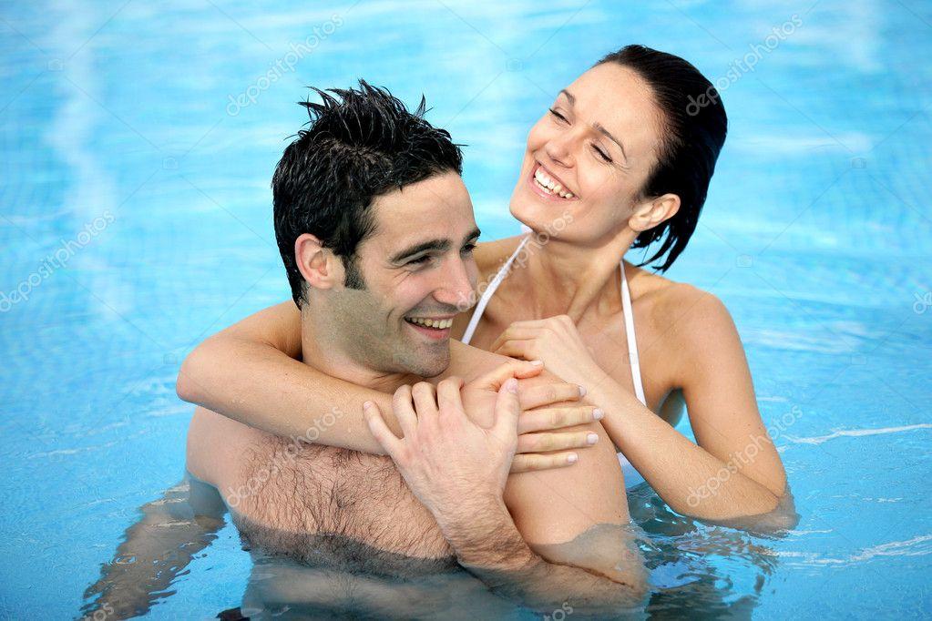 Две девушки и мужик у бассейна156