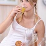 jovem mulher tomando café da manhã saudável — Foto Stock