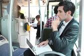 Viajante de bilhete mensal em um ônibus com um laptop — Foto Stock