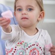 Little girl offering marshmallows - Stockfoto