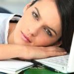 dziewczyna zasypia obok laptopa — Zdjęcie stockowe #7934546