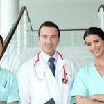 portret dwóch żeńskich pielęgniarek z lekarzem — Zdjęcie stockowe
