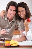 Coppia sposata, facendo colazione in cucina — Foto Stock