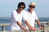 Vader en zoon stond door waterkant — Stockfoto