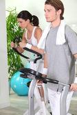 Coppia allenandovi in palestra — Foto Stock