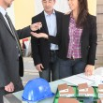 Estate agent handing keys to couple — Stock Photo