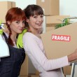 Two female friends moving house — Stock Photo