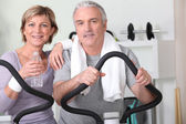 Older couple at the gym — Stock Photo