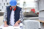 Trabalhador da construção civil verificar planos — Foto Stock