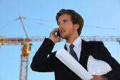 彼の携帯電話で話している工事現場で実業家 — ストック写真