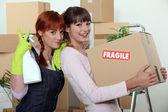 Twee vrouwelijke vrienden verhuizen — Stockfoto