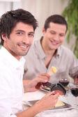 Mangiare una raclette. — Foto Stock