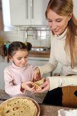 Moeder en dochter maken de pannenkoeken — Stockfoto