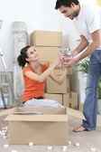 Couple unpacking belongings — Stock Photo