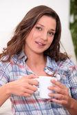 Mulher com bebida quente — Foto Stock