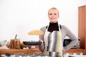 Woman making pancakes — Stockfoto