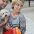Couple out shopping with dog — Stock Photo