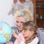 žena pomáhá její dcera dokončit domácí úkol Zeměpis — Stock fotografie