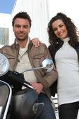 夫妇在一辆摩托车 — 图库照片