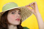Woman wearing a wide-brimmed hat — Stock Photo