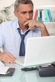 ворчливый человек, чтения электронной почты — Стоковое фото