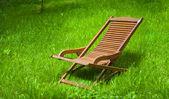 Chaise longue in het gras — Stockfoto