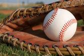 Honkbal in een handschoen — Stockfoto