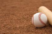 Baseball & Bat on the Infield Dirt — 图库照片