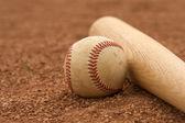Baseball & Bat on the InField — Foto de Stock