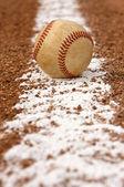 Baseball na řádku křídu — Stock fotografie