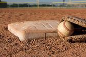 Baseball i rękawiczki w pobliżu podstawy druga — Zdjęcie stockowe