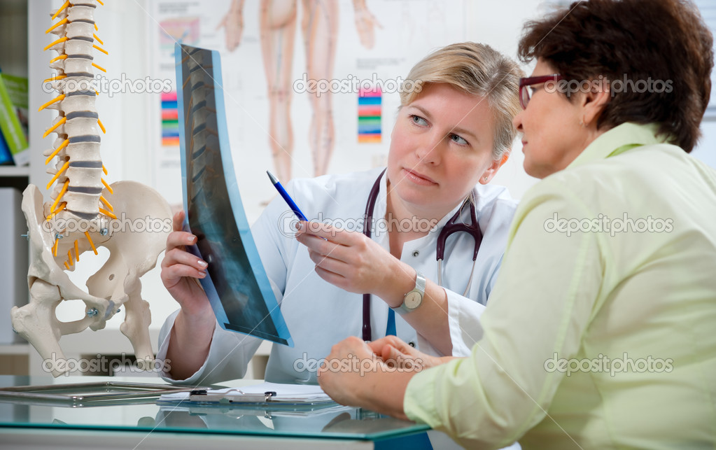 Doctor explaining x-ray results to patient — Stock Photo #6809625
