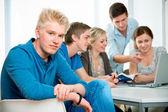 Birlikte bir sınıfta okuyan genç öğrenciler — Stok fotoğraf