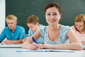 Grupo de alunos estudando em sala de aula — Foto Stock