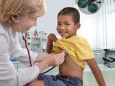 女医が小さな子男の子を調べる — ストック写真