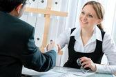 Poignée de main tout en entrevue d'emploi — Photo