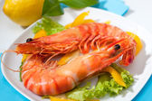 King prawns with salad on a plate — Stock Photo