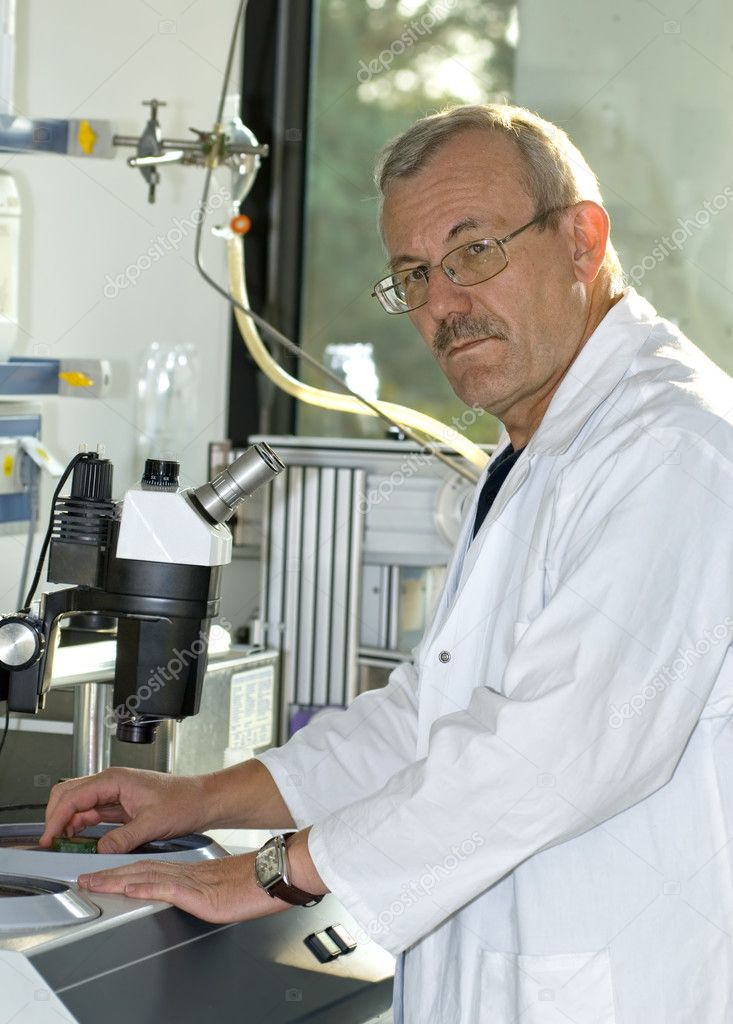 A technician at work in the laboratory  — Foto de Stock   #6859281