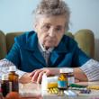 mujer Senior con sus botellas de medicina — Foto de Stock