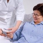 pomiar ciśnienia krwi pacjenta, lekarz — Zdjęcie stockowe