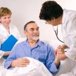 lekarz mówi do pacjenta w szpitalu — Zdjęcie stockowe