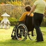 wyłączona starszy kobieta na wózku inwalidzkim — Zdjęcie stockowe