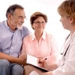 医者を訪れる年配のカップル — ストック写真