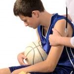 Doctor dar primeros auxilios a un joven deportista — Foto de Stock