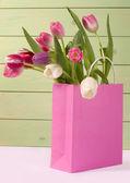 Kytice tulipánů v nákupní tašce — Stock fotografie