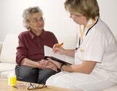 Una mujer anciana por un médico — Foto de Stock