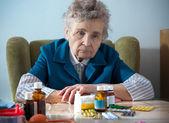 Ona ilaç şişeleri ile üst düzey kadın — Stok fotoğraf